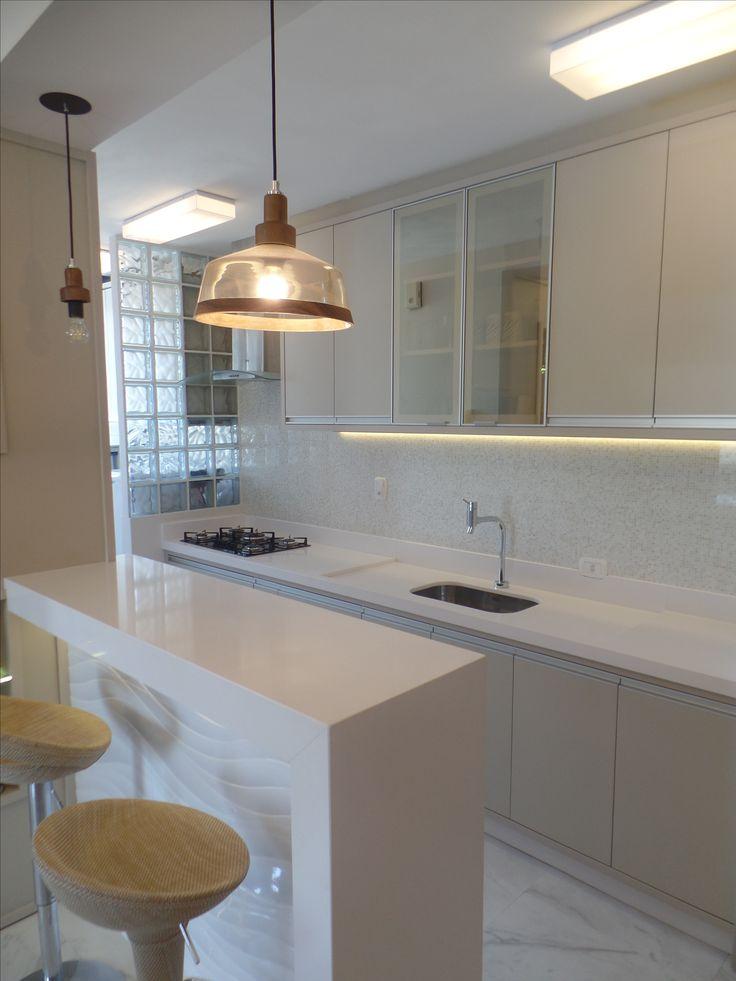 Bancada de Cozinha em Silestone® White Storm, com passa-pratos e pé lateral