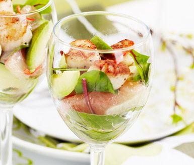 Halstrade marinerade pilgrimsmusslor med grape och avokado