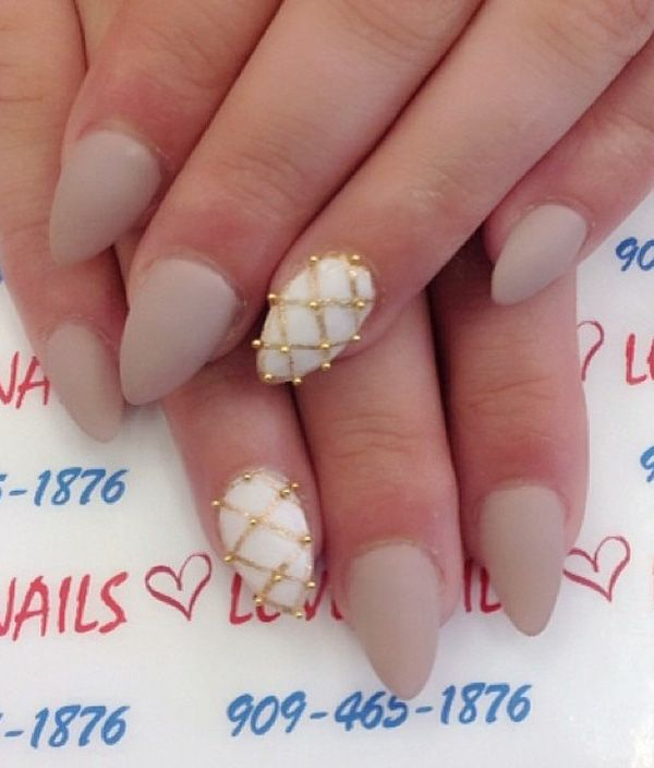 Discreet manicure moderate length, and with gold detail just to record that you are sometimes naughty girl and not just a successful businesswoman, mother, housewife …
