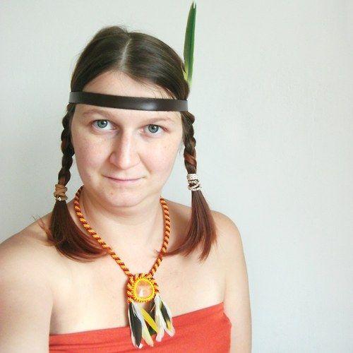 Šitý náhrdelník v indiálnském stylu s peřím..