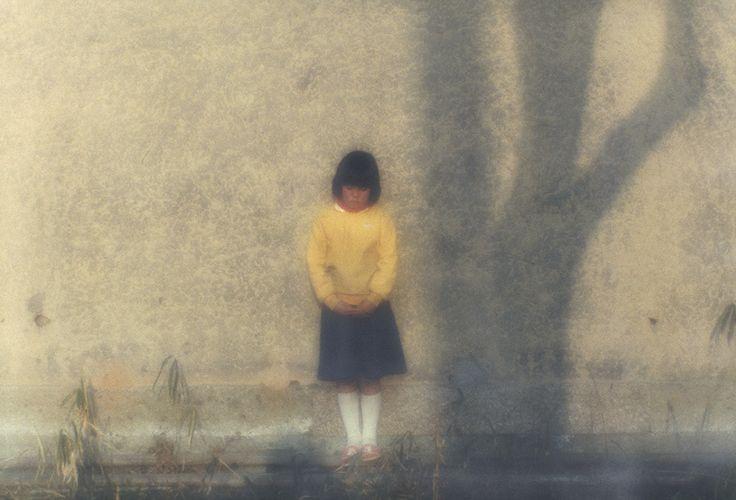 On connaît bien les Sand Dunes de Shoji Ueda, ces mises en scène à tonalité surréalisante dans les dunes de sable de sa région natale de Tottori, débutées dans les années trente. Des enfants en déséquilibre ; lui portant un chapeau melon et tenant un ballon flottant au bout d'un fil pour un autoportrait étrange ; sa femme en kimono dans le désert, entre autres. Et l'on a tendance à le réduire à cette imagerie.