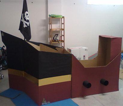 Fiesta pirata con barco de cartón incluido. http://blog.beemama.com/2011/08/fiesta-pirata-con-barco-incluido.html