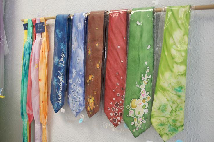 Corbata de seda pintada a mano #laiateroljulian #seda #pintadoamano #handmade #original #espaiartesans #vilassardemar