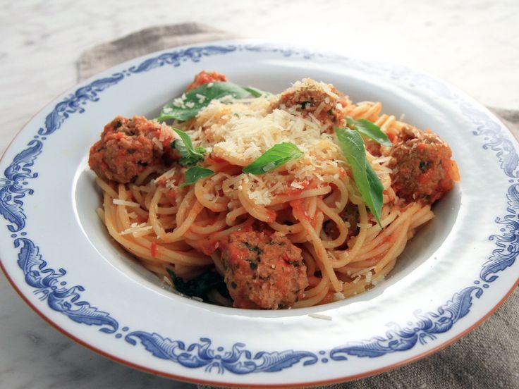 Spaghetti med italienska köttbullar i tomatsås | Recept från Köket.se