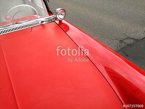 Motorhaube und verchromter Suchscheinwerfer einer knallroten deutschen Limousine der Fünfzigerjahre in Wettenberg bei Gießen in Hessen