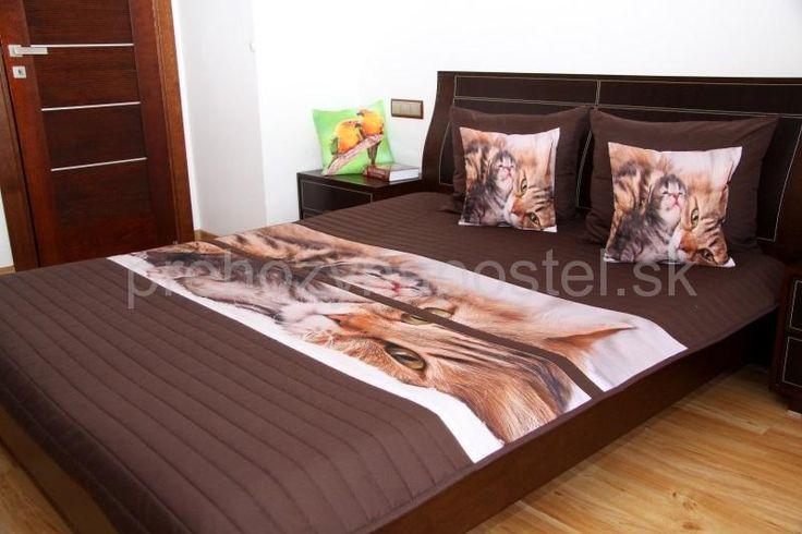 Prehoz na posteľ hnedej farby s detským mačacím motívom