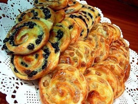 Просто потрясающий по своей простоте и легкости приготовления рецептик аппетитных и ароматных сладких булочек, которые идеально подойдут к чаю или кофе на завтрак. А кроме этого такая оригинальная и …