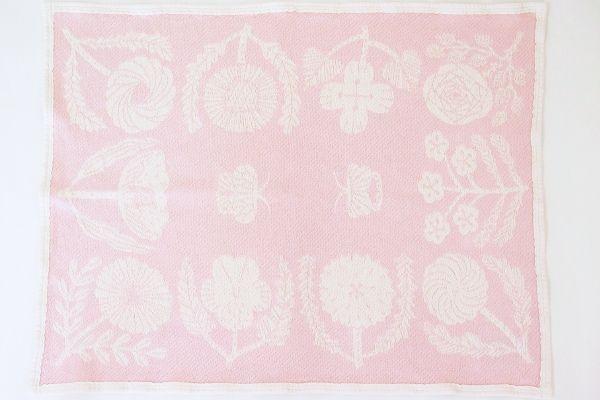 鹿児島睦さんのブランケット『VILLIKUKKIA』に春夏の新作が登場。コットン素材で1年中使用できます。コンパクトサイズなので膝掛け用にぴったりで、淡いピンク色が優しい印象です。ベビー用のブランケットとして出産祝いにも最適です