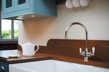 Perrin & Rowe's latest offering in the traditional styled 3-in-1 model Polaris means adding instant hot water functionality to a traditional kitchen is now a stylish possibility. Presenting the industry's first designed and manufactured traditionally styled tap dispensing hot, cold, and up to 98°C steaming hot filtered water, this quality old-fashioned styling will fit perfectly in any traditional kitchen scheme.