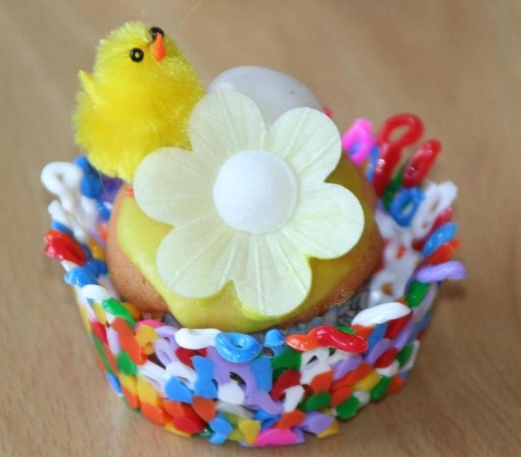 Traktatie voor school. Vogelnestje van strijkkralen gemaakt in Muffinbakblik. Mini Cupcake er in, Groene Glazuur er op en hier in een Ouwelbloem, Kuikentje en Eitje zetten.