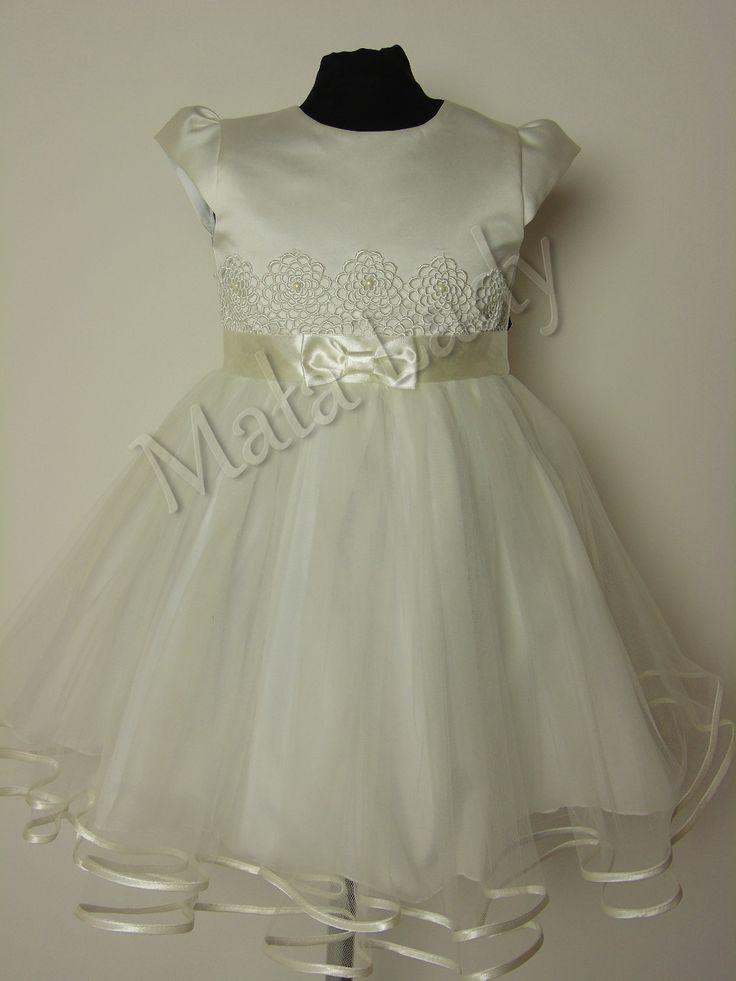 Wiztyowa sukienka Diana to połączenie jasnej satyny oraz delikatnego tiulu w kolorze ecru. Góra sukienki udekorowana jasną gipiurą. Odszyta płótnem bawełnianym oraz podszewką. Sukienka posiada kryty zamek, rękawy motylek oraz możliwość wiązania z tyłu sukienki szarfą w pasie. Sukienka dostępna jest również w kolorze ecru-malinowym oraz malinowym.