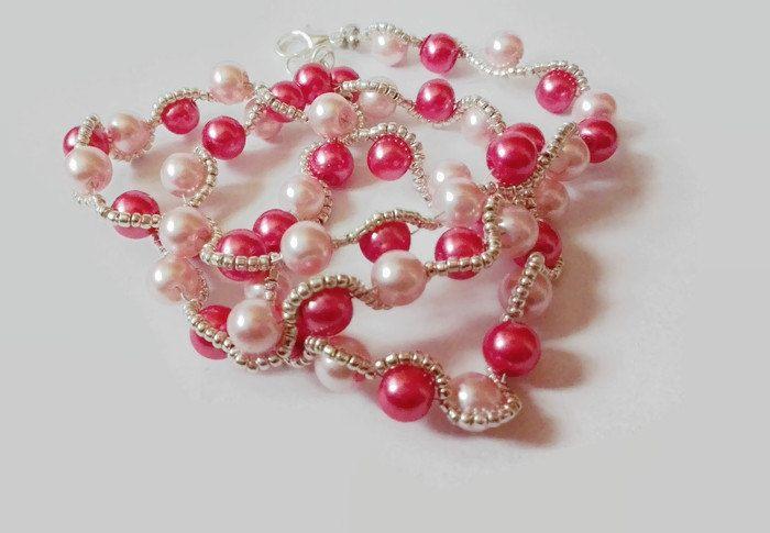 Collana con perle rosa chiaro e fucsia, contornato da perle di conteria argentata, a formare un' onda. Chiusura, anellini e coprinodo di CoccinellaShop83 su Etsy