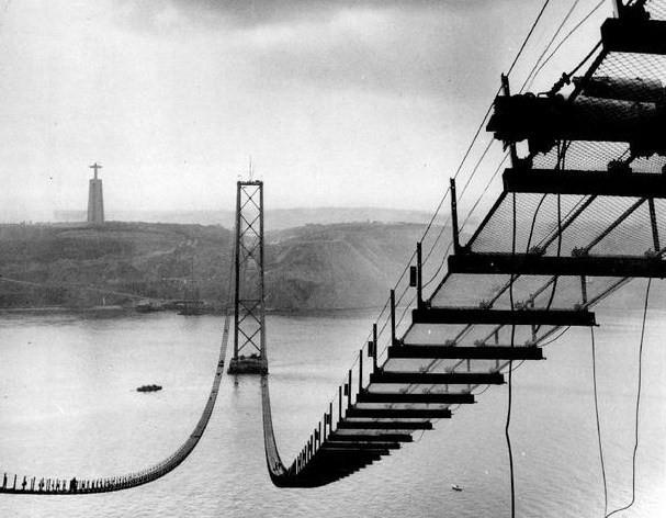 Construção 'Ponte sobre o Tejo' / Salazar / 25 de Abril em Lisboa, Portugal