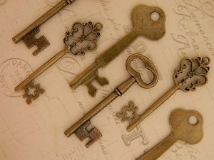 lot-antiqued-bronze-keys-12-jewelry-supply-party-favors-wedding-keys-steampunk