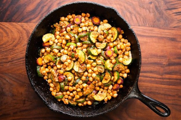 Recipe for a vegetarian stew of zucchini and chickpeas stewed with Moroccan spices.
