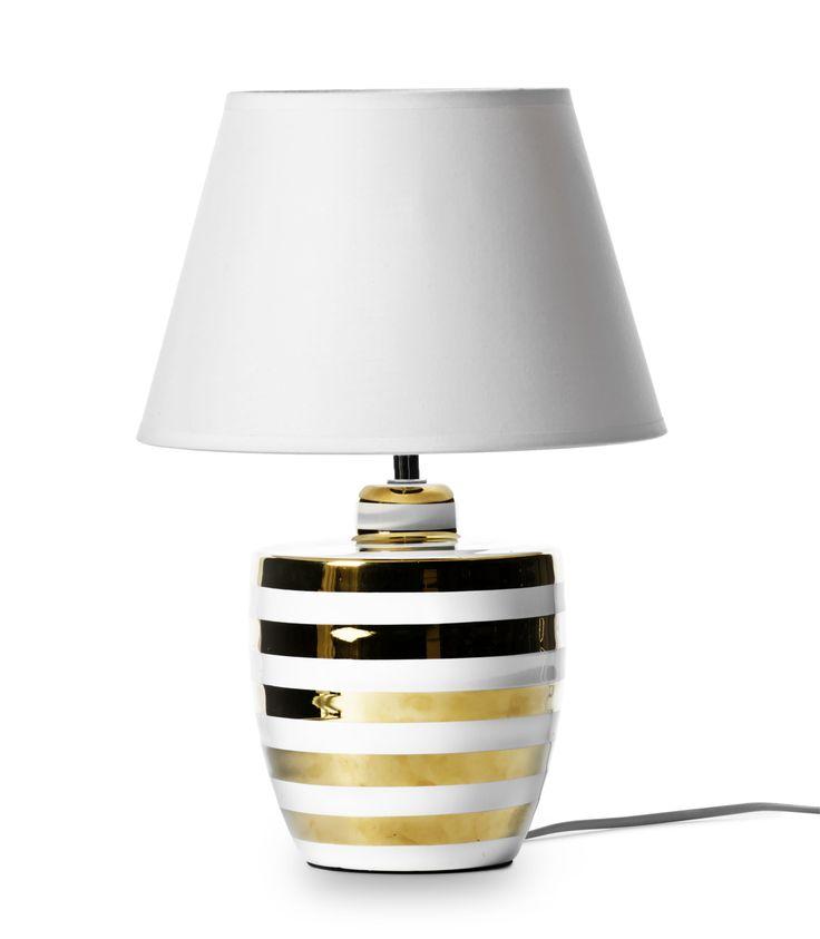 Liten bordslampa med exklusivt uttryck i keramik med handmålade ränder och skärm i vit textil. Eftersom lampfoten är handmålad är varje lampa unik och små skillnader kan förekomma lampa till lampa. Komplettera med ljuskälla.