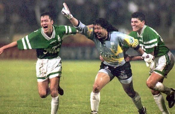 René Higuita celebró así el gol que le marcó a River Plate jugando con Atlético Nacional en la Copa Libertadores de 1995.