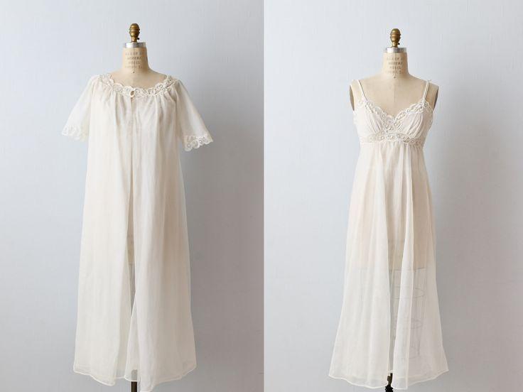 Vintage jaren 1970 witte lingerie négligée Nachthemd en kleed set met spaghetti bandjes, kant trim, een rijk in de taille en een bijpassende robe met kant trim. Kleed vastmaakt met twee overdekte knoppen. Zowel de négligée als Nachthemd onze dubbele bekleed.  ---M E EEN S U R E M E N T S---  Geschatte grootte: kleine afmetingen zijn gebaseerd uit het Nachthemd. Gebruik deze volgende metingen om de beste pasvorm. Bust: 32-inch Empire taille: 31 Hip: openen Lengte: ongeveer 47 Label/tijdp...
