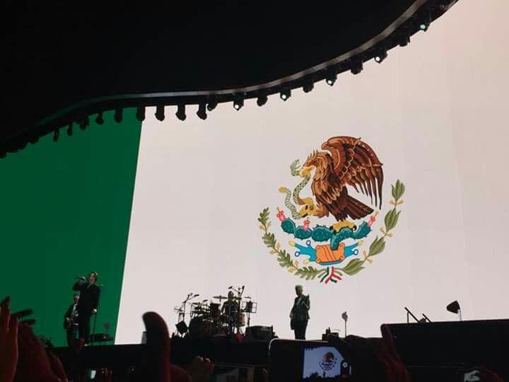 Concierto U2  Foro sol ciudad de México Majestuosa se ve la bandera mexicana