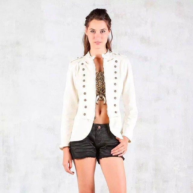 El look que sería la envidia de todas las mujeres solo esta en Tennis, acercate a Cuarta Etapa #look #Mujer #women #latina #fashion #moda #model #short #jacket #white #bucaramanga #cccuartaetapa Tennis