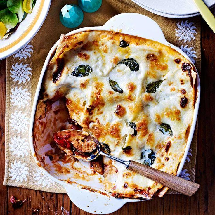 Melanzane is het Italiaanse woordvoor aubergine – de basis van dezeromige lasagne. Zelf de bechamelsaus maken is eenvoudig en maakt dit gerecht nog lekkerder!    1 Verwarm de oven voor op 200 °C. Legde plakjes aubergine op een...