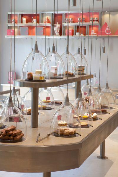 Dans La Pâtisserie des rêves, les gâteaux sont présentés en boutique sous cloche.