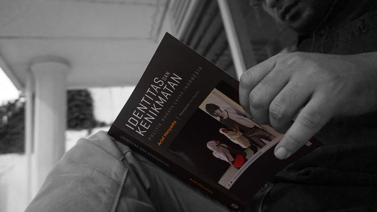 Kisah perjuangan menggairahkan kaum muda menengah perkotaan Indonesia menegosiasikan identitasnya.
