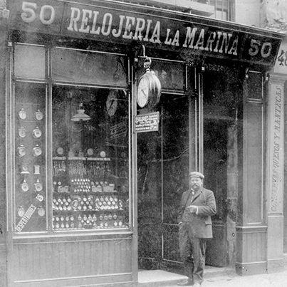LOS ORÍGENES DE LA JOYERÍA ROCA (2ª Parte): De 1888 a 1909. Jacinto Roca Fuster tras el éxito cosechado por la iniciativa de vender relojes a plazos a los marineros, consigue una elevada clientela. Motivo por el cual funda la Relojería La Marina, nombre en homenaje a su mayor público. El establecimiento abre sus puertas en 1888, en la calle Ample, número 50 de Barcelona. Poco podía imaginar Jacinto Roca, la trascendencia que iba a tener su decisión de abrir esta tienda. Continuará…
