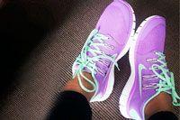 Как выбрать кроссовки для ходьбы. Какое же это блаженство, когда надеваешь новые кроссовки! Для спортсменов и тренеров качественные кроссовки – это самая главная вещь в их повседневном гардеробе. Они без труда могут рассказать, какую обувь стоит выбрать для того или иного вида деятельности. А как быть обыкновенным людям, которые решили, что по вечерам будут прогуливаться в парке? В ответ на вопрос, как выбрать кроссовки для ходьбы, в данной статье мы приведем несколько рекомендаций.