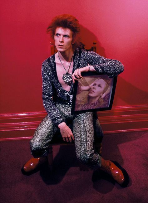 David Bowie avec son album Hunky Dory, photographié par Mick Rock en 1972.