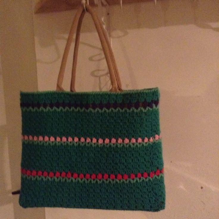 Een AH tas gepimpte met tulpenrandje erin. Patroon via Dutch Crochet via Facebook
