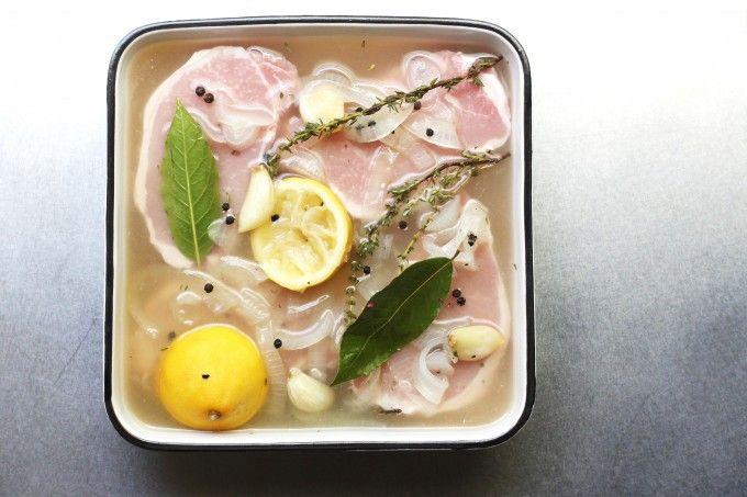 漬けておくだけでお肉がしっとり柔らかくなる「ブライン液」をご存知ですか?何やら特別な液体のように聞こえますが、実は水・塩・砂糖だけで簡単に作れる物なんです。パサつきがちな鶏の胸肉も、ブライン液に漬ければ驚くほどジューシーに!ぜひお料理にお役立て下さい。/ 塩麹/液体塩麹も漬け込むと凄く味が化けますよ!腐りにくくなるし…