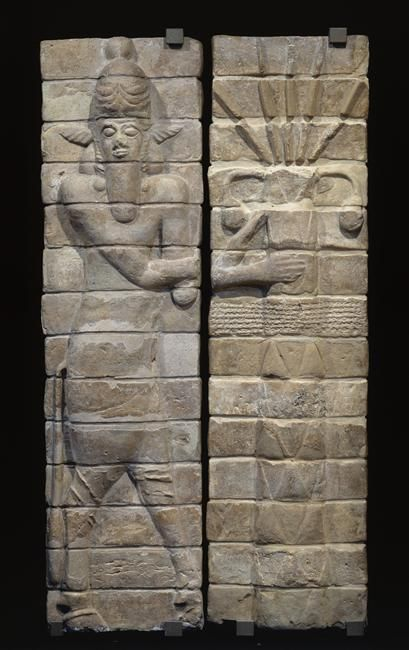 Façade du temple d'Inshushinak : un homme-taureau et un palmier  Période :  12e siècle avant J.-C., époque médio-élamite (Iran)