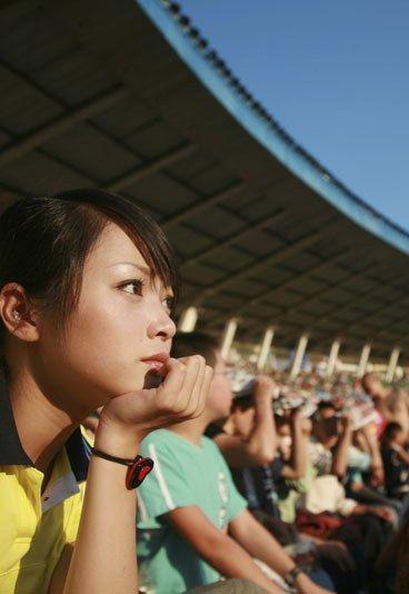 Frauen-Solidarität  - 11 Gründe, Frauenfußball zu lieben - Wer schon einmal im Stadion war oder mit Männern Fußball geguckt hat, der weiß: Daumen drücken, schreien, Schlachtrufe, Fangesänge und lautes Kommentieren - das hat was. Zugegeben: Nicht als staunende Beobachterin des Geschehens...