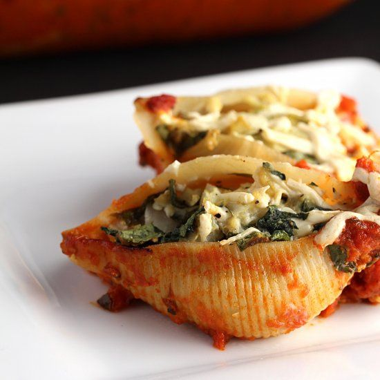 These Spinach and Artichoke Pasta shells are a delicious and easy vegan and gluten free dinner!