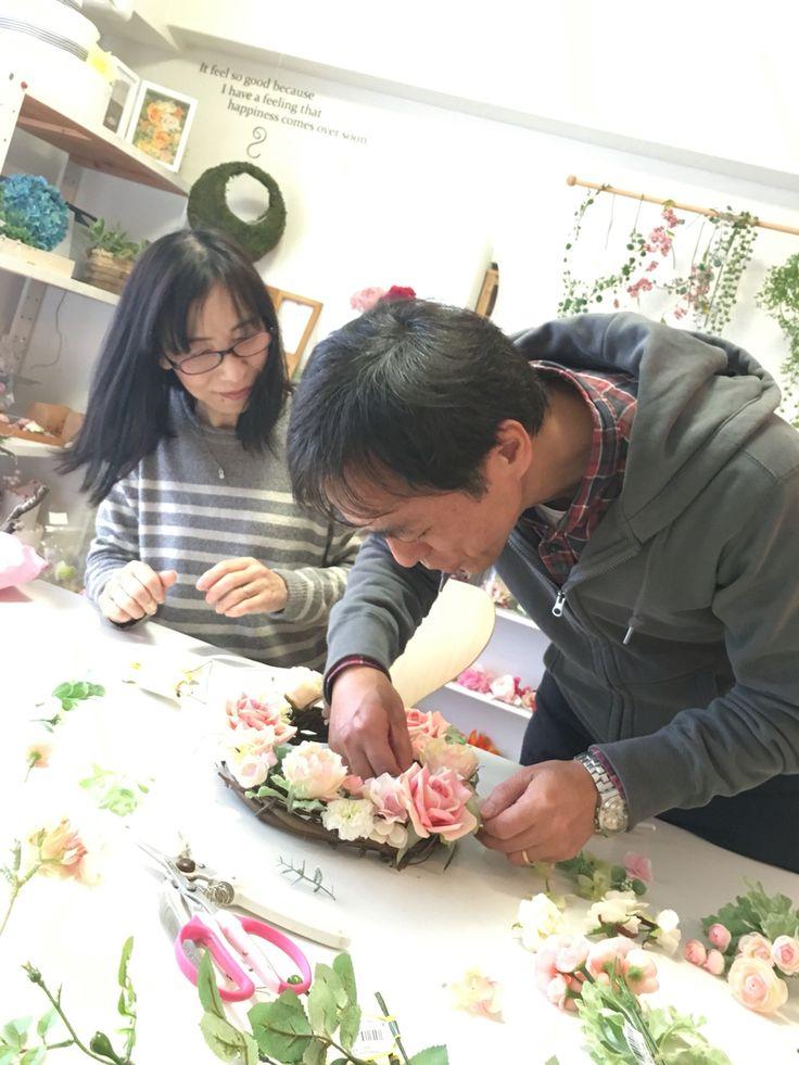 花嫁のお父様とお母様がウエルカムフラワーを作りに来られました。 一生の思い出になりますね。  wedding-hanatebako