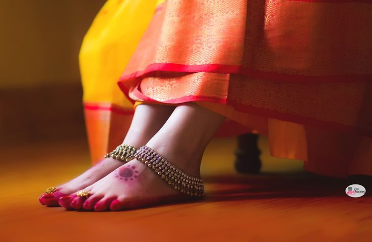 Indian wedding photography by iPic Frames   Beautiful shot of the alta on the feet with the kundan payal. wedding shoot | Beautiful bridal payal,
