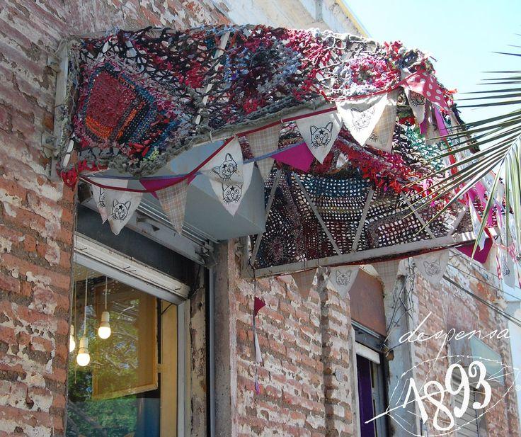 La #navidadenbarrioitalia es recorriendo #tiendas, cafecitos y antiguedades en casonas, terrazas, callecitas de barrio y curiosidades creativas como arropar con tejidos a mano los toldos