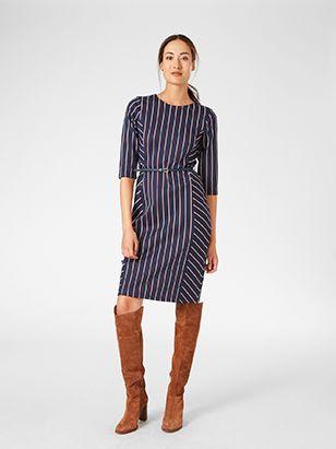 Krásné šaty z pevného materiálu, díky kterým vytvoříte stylový look. Úzký pásek v pase je skvělým doplňkem.