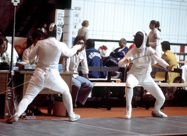 Fleurette Campeau du Canada (gauche) participe en escrime aux Jeux olympiques de Montreal de 1976. (PC Photo/AOC)