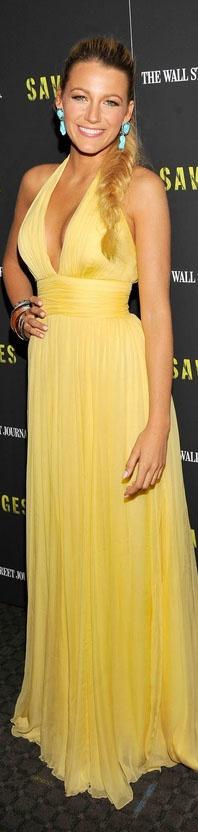 Blake Lively em um modelo Gucci - vestido frente única longo amarelo ideal para…