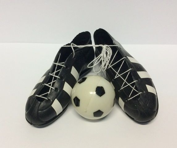 Scarpette calcio e palla in plastica per decorare torte o feste a tema soccer. Cm.3,3x10, palla diam.3,5 cm. Disponibili da C&C Creations Store