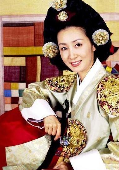 《여인천하》(女人天下)는 월탄박종화의 역사소설 《여인천하》를 원작으로 삼아서울방송에서 방영한드라마.  150부작으로  2001~2002년방영. 윤원형의 첩 정난정을 중심으로한권력암투를 그린 역사 드라마 Ladies of the Palace (Hangul:여인천하) is a 2001 South Korean historical television series starringJeon In-hwaandKang Soo-yeon.  It aired onKBS2 for 150 episodes. Chung Nanjeong was aKorean politician and philosopher. She was a concubine and became the 2nd wife ofYun Won-hyung,Prime ministerand 13th KingMyeongjong's uncle. 문정왕후 전인화