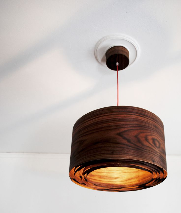 Spiral Walnut #handmade #woodlamps #pendantlight #woodenlights #woodwork #veneer #veneerlight Φωτιστικό οροφής από καπλαμά καρυδιάς και μαόνι.  Διαθέτει μεταλλικό ντουί και υφασμάτινο καλώδιο.  Διαστάσεις: διάμετρος καπέλου 50 εκ., ύψος καπέλου 30 εκ.  Ceiling light, made of walnut veneer and mahogany.  Comes with fabric power cable and metal lamp holder.  Dimensions: Diameter 50 cm, Height 30 cm