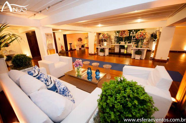 Hall de entrada da Villa Riso com um lounge e mesa de doces