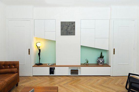 Ce salon moderne dispose de deux niches verticales peu ...