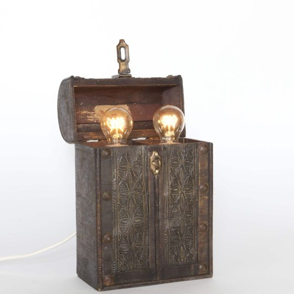 Chest. Table lamp made from a wine chest.