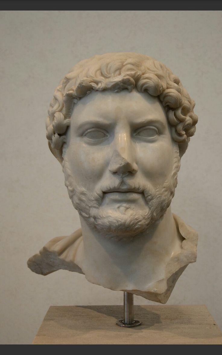 Ritratto di Adriano - Anonimo - Marmo - 117 d.C. - Museo Nazionale Romano, Roma. Il ritratto ufficiale è sicuramente influenzato da quello del suo predecessore, presenta infatti uno sguardo assorto. Inoltre si notano i contrasti di chiaroscuro dati dal volto e dai ricci, scavati col trapano.