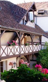 http://www.wilson-hotel.com/assets/images/cour-interieure-hotel-wilson-dijon.jpg