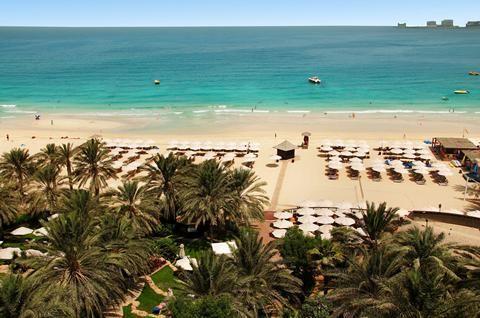 Hilton Dubai Jumeirah  Als één van de weinige hotels in Dubai met een privé strand is het Hilton Dubai Jumeirah een grote kanshebber op je lijstje met favoriete vakantieadressen. Team Hilton legt alvast een comfortabel kussen op het strandbedje klaar als je over de golven van de Perzische Golf tuurt. Kijk daar is Palm Jumeirah! En op het topje van het Hilton hiernaast ligt rooftopbar Pure Sky Lounge. Dit hotel ligt tussen alle hotspots van Dubai. En als het sightseeing even teveel wordt…